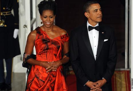 Este vestido de Alexander McQueen que la primera dama lució en una cena de Estado podría haber influido en la decisión. (Foto: Gtresonline)