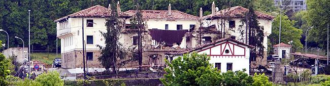 Vista del cuartel, destrozado por el coche bomba. Foto: EFE