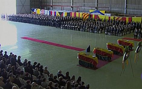 Los féretros de los militares, en el hangar de la base de Rota donde se oficia el funeral. | TVE