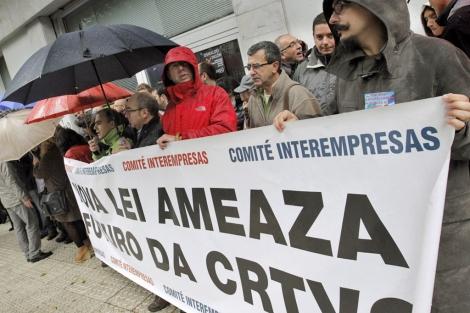 Trabajadores de la televisión gallega protestaron ante el Parlamento. | Efe