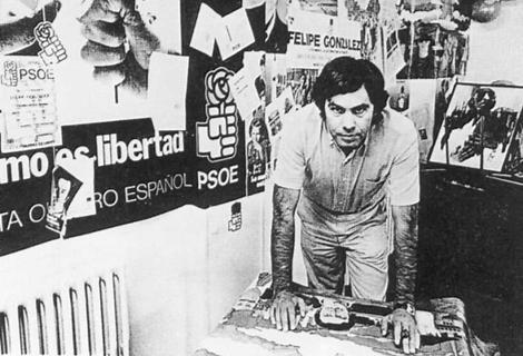 Felipe González en los años 80, rodeado por carteles con propaganda del PSOE.